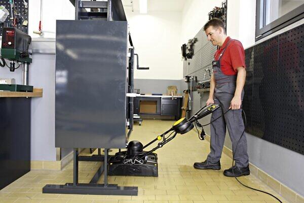 Поломойная машина BR 40/10 C Advance керхер в работе