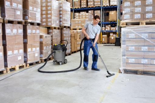Пылесосы влажной и сухой уборки NT 65/2 Ap в работе на складе