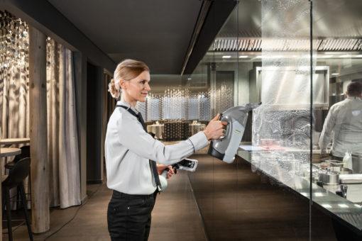 Профессиональный стеклоочиститель WVP 10 Adv в работе 1