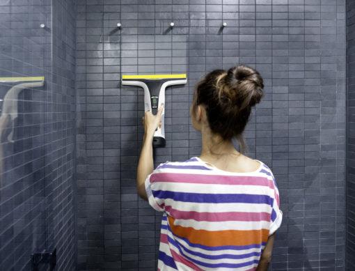 Стеклоочиститель Karcher WV 6 Premium в работе в ванной