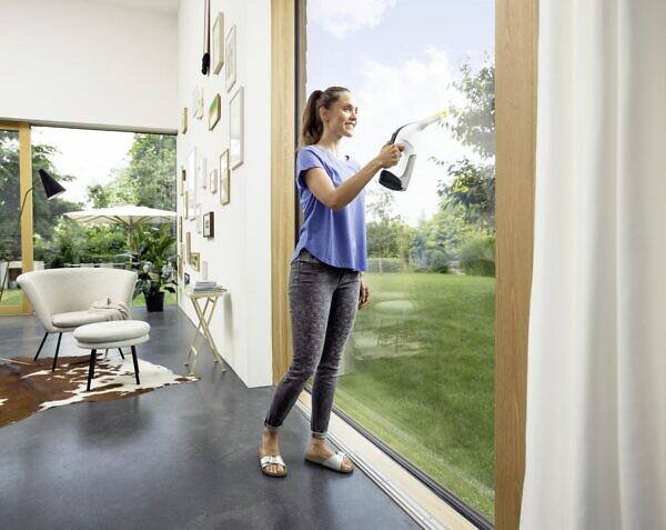 Стеклоочиститель Керхер WV 6 Premium в работе дома