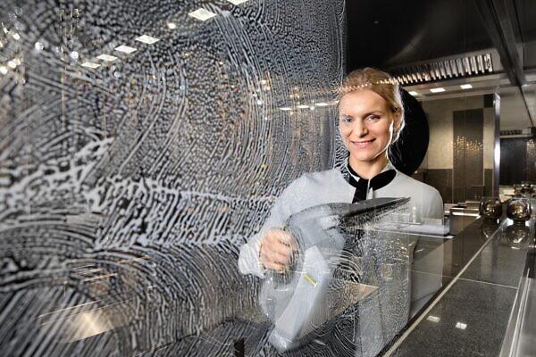 Профессиональный стеклоочиститель WVP 10 в работе в заведении