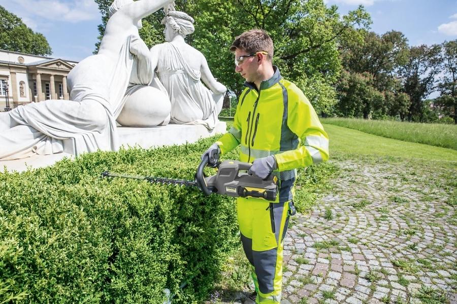 Аккумуляторный кусторез HT 615 BP в работе в саду