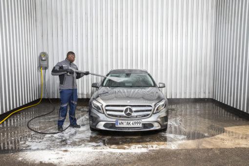 Аппарат высокого давления HD 6/15 M Pu (St) в работе для мытья машин