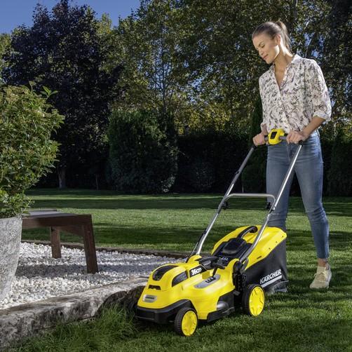 Скашивание травы с помощью газонокосилки Karcher LMO 18-36 Battery Set