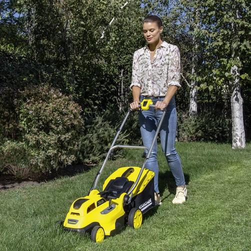 Скашивание травы с помощью аккумуляторной газонокосилки Karcher LMO 18-36 Battery Set