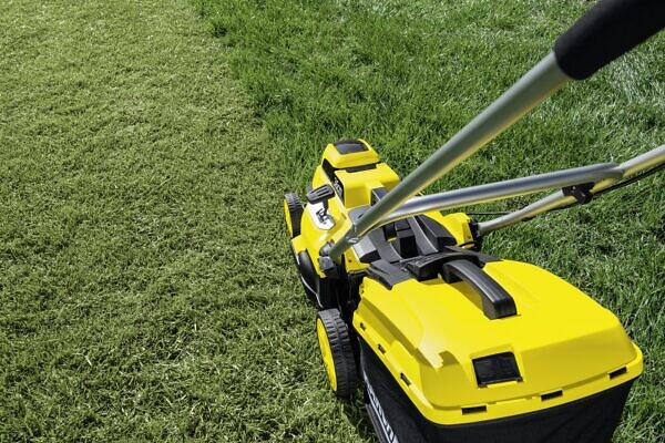 Скашивание травы с помощью аккумуляторной газонокосилки LMO 18-36 Battery Set