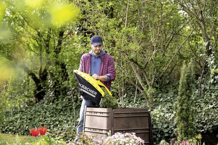Скашивание травы с помощью газонокосилки Karcher
