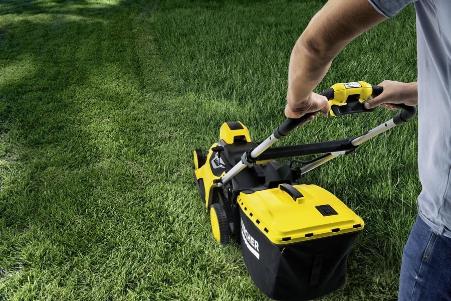 Скашивание травы во дворе